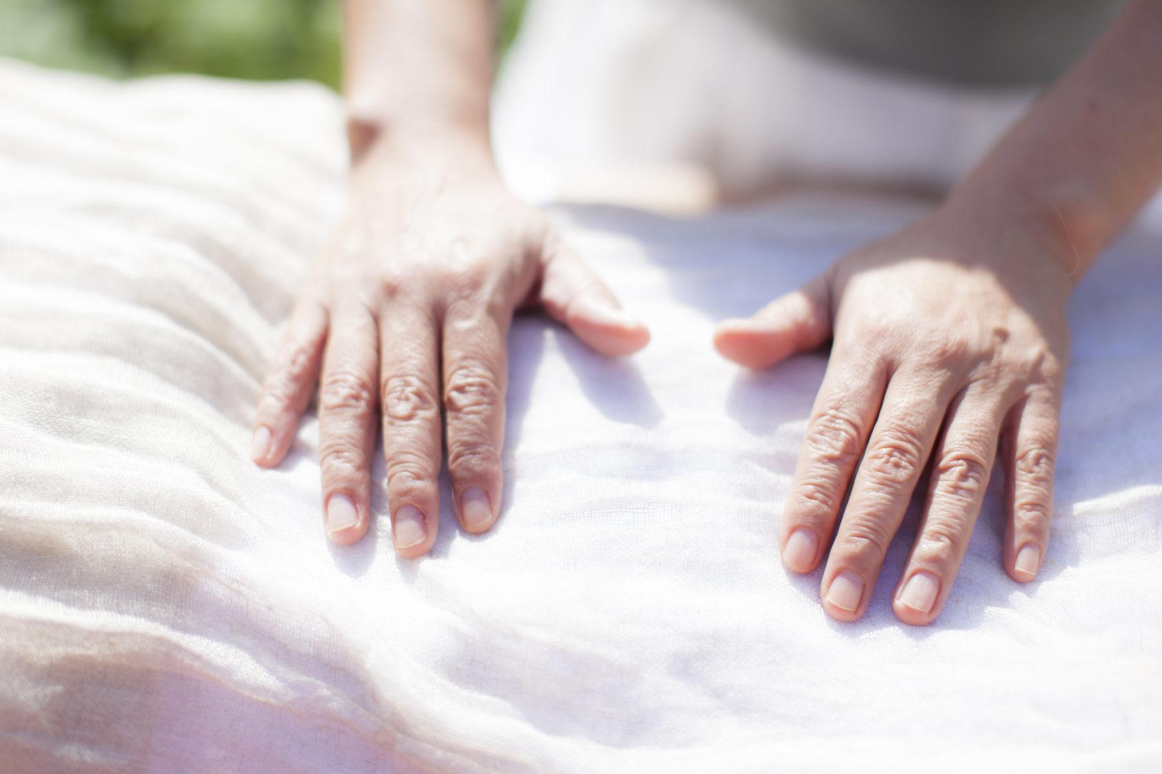 尊厳を喜びをもって触れる ゆったりセラピー エサレンアプローチ エサレンボディワーク エサレンマッサージ 心で触れるボディワーク